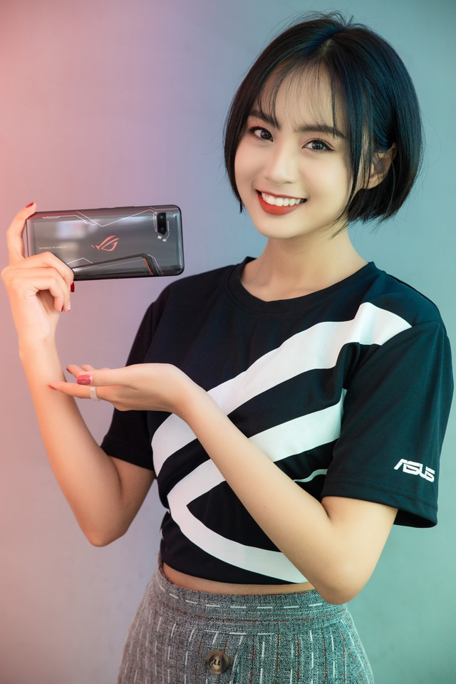Ngắm bộ ảnh 2 mỹ nữ game thủ Minh Nghi và Hạ Mi đọ dáng bên smartphone chiến game ngon nhất 2019 - Ảnh 8.