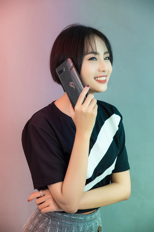 Ngắm bộ ảnh 2 mỹ nữ game thủ Minh Nghi và Hạ Mi đọ dáng bên smartphone chiến game ngon nhất 2019 - Ảnh 7.