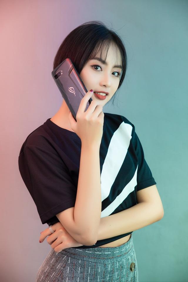 Ngắm bộ ảnh 2 mỹ nữ game thủ Minh Nghi và Hạ Mi đọ dáng bên smartphone chiến game ngon nhất 2019 - Ảnh 6.
