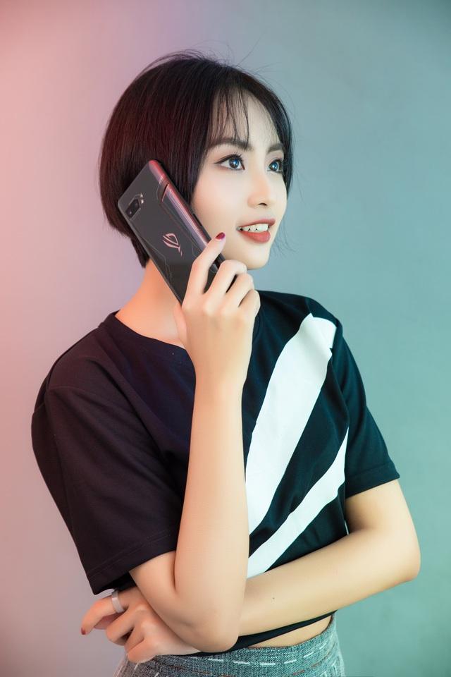 Ngắm bộ ảnh 2 mỹ nữ game thủ Minh Nghi và Hạ Mi đọ dáng bên smartphone chiến game ngon nhất 2019 - Ảnh 4.