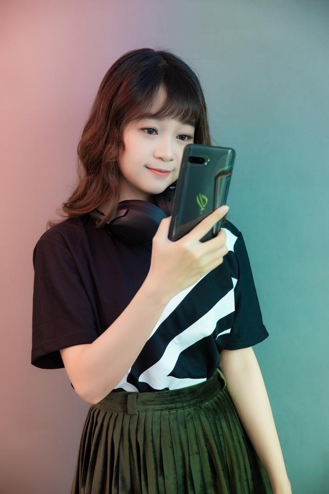 Ngắm bộ ảnh 2 mỹ nữ game thủ Minh Nghi và Hạ Mi đọ dáng bên smartphone chiến game ngon nhất 2019 - Ảnh 19.