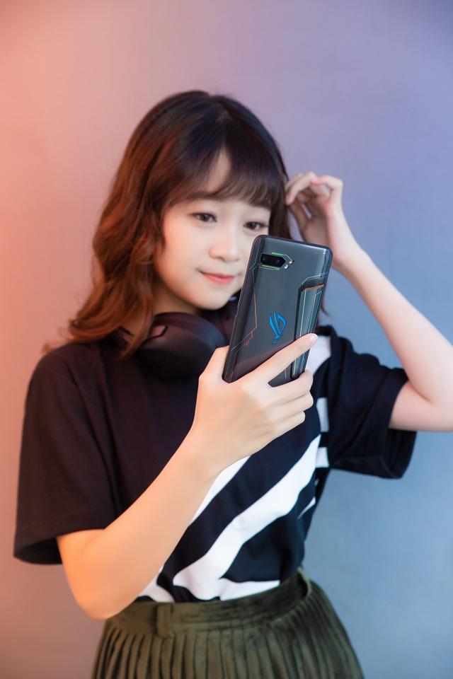 Ngắm bộ ảnh 2 mỹ nữ game thủ Minh Nghi và Hạ Mi đọ dáng bên smartphone chiến game ngon nhất 2019 - Ảnh 18.