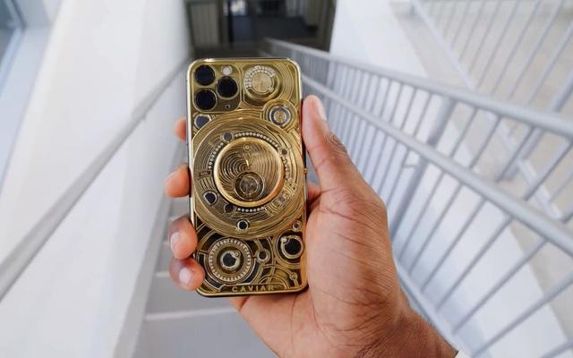Đập hộp chiếc iPhone đắt nhất thế giới: dát vàng 24-carat, đính kèm 137 viên kim cương, tặng kèm Airpods Pro - Ảnh 2.
