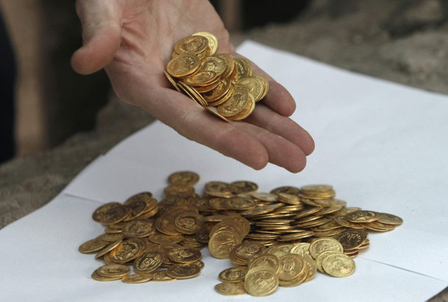 Hack cheat trời ban: Trúng xổ số lấy tiền đi mua đất, cụ ông đào tiếp được kho báu ở khu đất mới - Ảnh 3.
