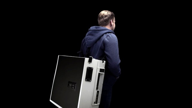 Giật mình với chiếc bàn chơi game tất cả trong một từ PC tới màn hình gói thành một chiếc vali - Ảnh 2.