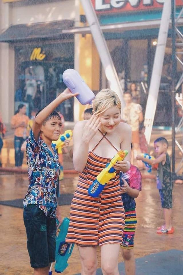 Ướt nhẹp với thân hình nóng bỏng của DJ Soda trong lễ hội té nước ở Thái Lan - Ảnh 3.