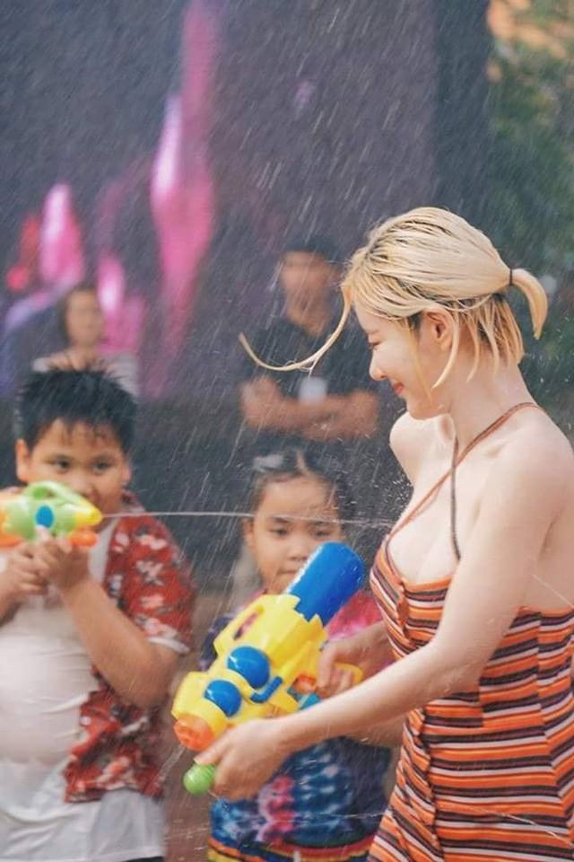 Ướt nhẹp với thân hình nóng bỏng của DJ Soda trong lễ hội té nước ở Thái Lan - Ảnh 1.