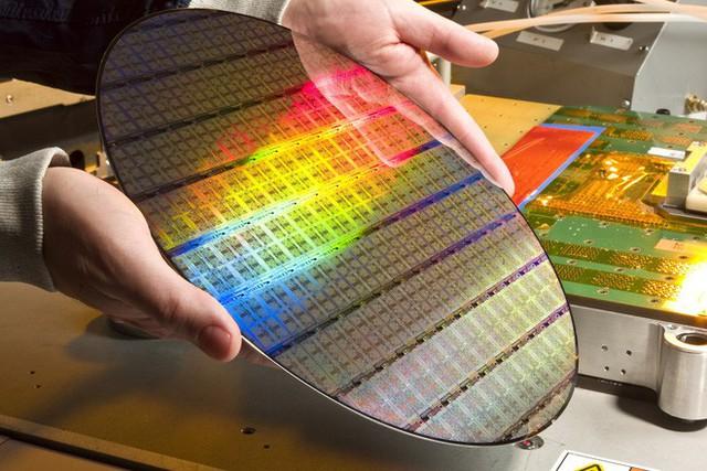Tại sao người ta lại cắt CPU hay cảm biến máy ảnh hình chữ nhật ra từ một tấm hình tròn? - Ảnh 1.