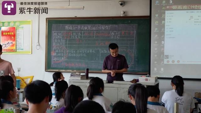 Thầy giáo nước người ta: Bỏ tiền túi khao học sinh chơi net thâu đêm ở cyber xịn xò - Ảnh 1.