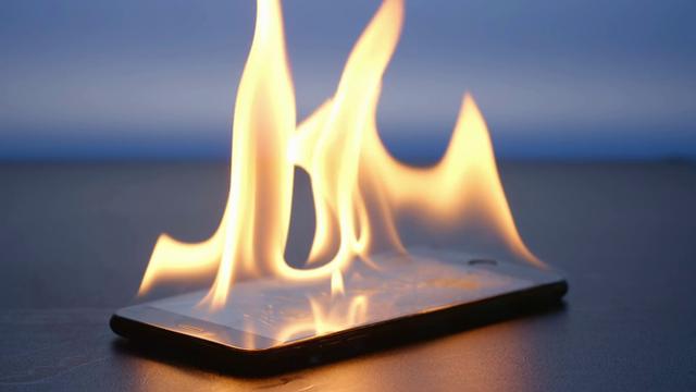 Rủi ro nổ điện thoại khi chơi game dưới tiết trời nóng nực - Ảnh 1.