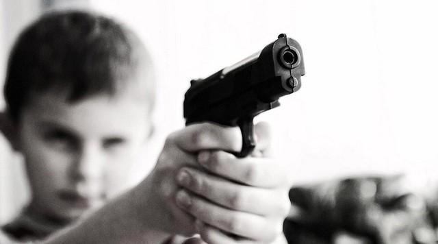 Nghiên cứu cho thấy, trẻ em sau khi chơi game bạo lực thường có xu hướng sử dụng súng - Ảnh 1.
