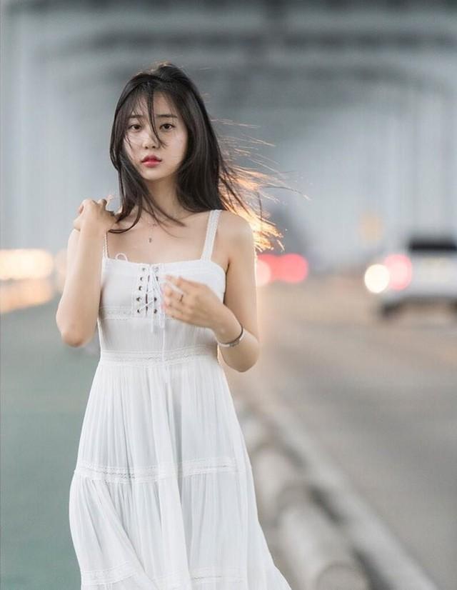 Cận cảnh hai gái xinh Hàn Quốc: Ngây thơ đời thường nhưng khi lên ảnh thì nóng bỏng hết phần người khác - Ảnh 1.