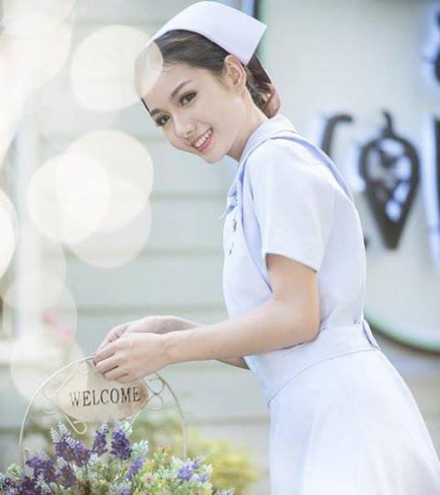 Nhan sắc nữ y tá gợi cảm bị đuổi việc vì quá xinh đẹp nhưng vẫn quyết yêu nghề không chịu làm người mẫu - Ảnh 1.