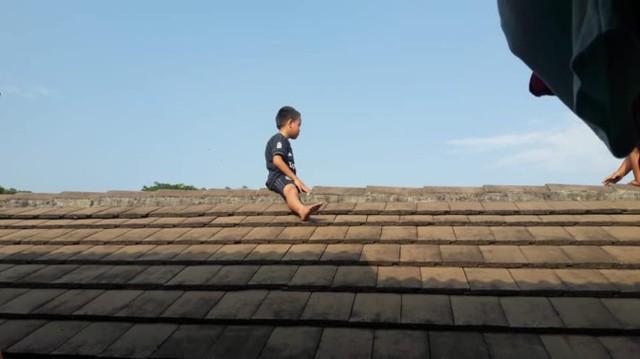 Sợ bị cắt bao quy đầu, cậu bé leo lên mái nhà phòng khám để trốn khiến mọi người tá hỏa - Ảnh 1.