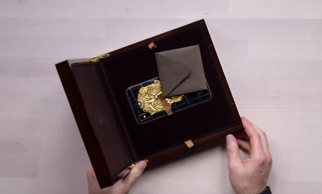 Cận cảnh chiếc iPhone xịn nhất thế giới: Bọc da cá sấu, mạ vàng 18K, nạm trăm viên kim cương - Ảnh 1.