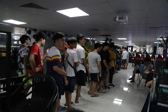 Ghé thăm Vikings Thành Thái ngày đầu mở cửa: Game thủ xếp hàng dài dằng dặc - Ảnh 2.