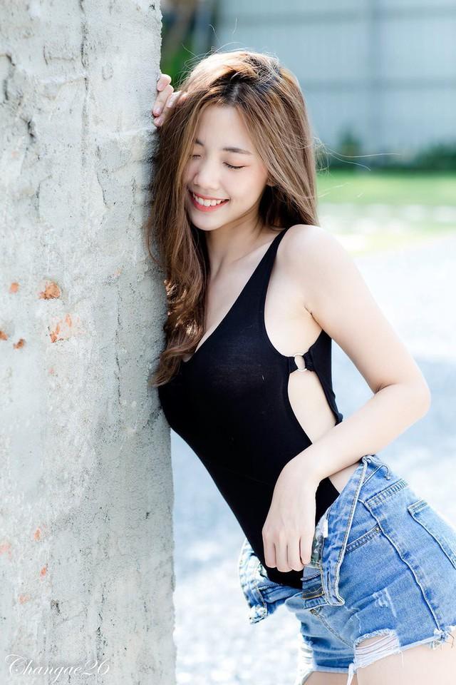 Hút hồn với nụ cười tỏa nắng và vòng một căng tràn của nàng hot girl xinh đẹp