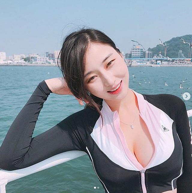 Vẻ gợi cảm của nữ MC Hàn Quốc vạn người mê, gây choáng với vòng một khủng - Ảnh 9.