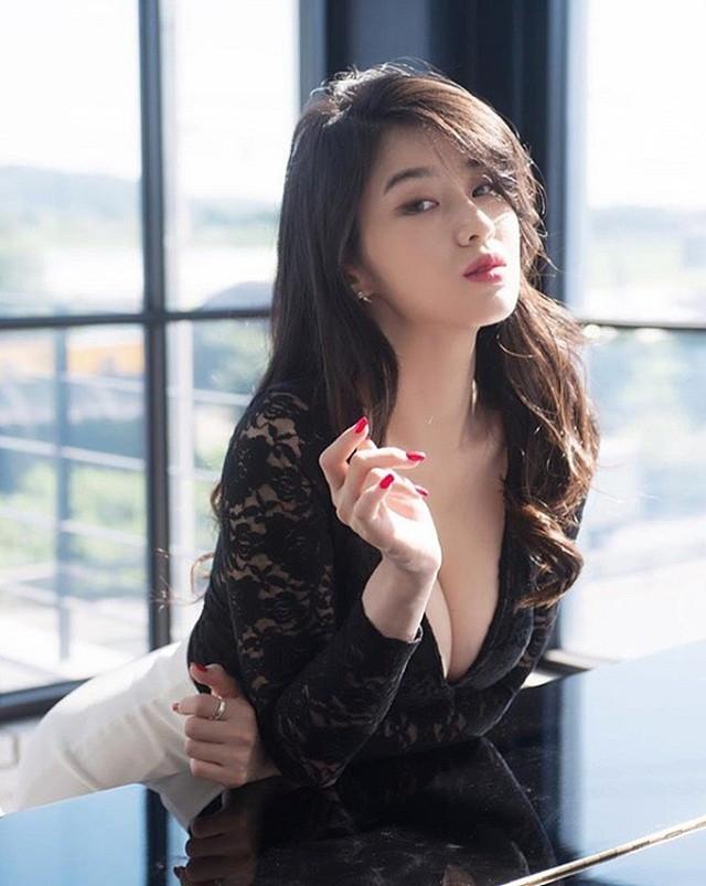 Vẻ gợi cảm của nữ MC Hàn Quốc vạn người mê, gây choáng với vòng một khủng - Ảnh 2.