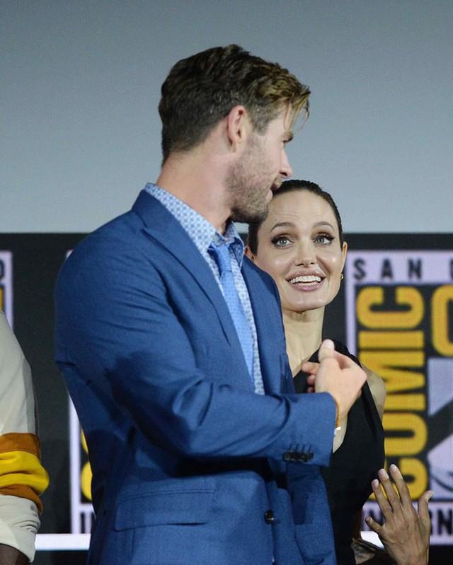 Thần Sấm Chris Hemsworth có tình ý với Angelina Jolie, khiến vợ phát điên vì ghen tuông? - Ảnh 1.