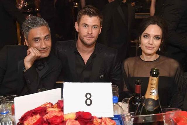 Thần Sấm Chris Hemsworth có tình ý với Angelina Jolie, khiến vợ phát điên vì ghen tuông? - Ảnh 2.