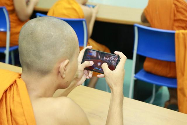 Bá đạo như các nhà sư trẻ Thái Lan, không những tham gia mà còn vô địch luôn cả giải thể thao điện tử - Ảnh 2.