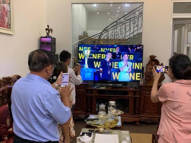 Hạnh phúc game thủ: Cả nhà quây quần xem livestream giải đấu, sẻ chia niềm vui chiến thắng - Ảnh 2.