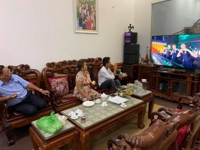 Hạnh phúc game thủ: Cả nhà quây quần xem livestream giải đấu, sẻ chia niềm vui chiến thắng - Ảnh 3.