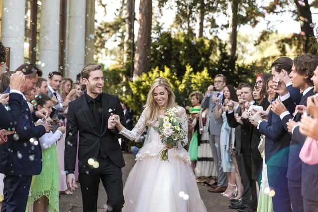 Niềm vui nhân đôi khi vừa cưới vợ xong, kênh Youtube PewDiePie chính thức đạt 100 triệu sub - Ảnh 2.