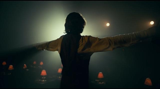 Joker tung trailer thứ 2 - Hé lộ quá khứ đau thương của chàng Hoàng tử Hề - Ảnh 2.
