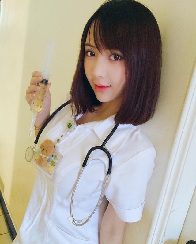 Nữ y tá gây sốt MXH dù đeo khẩu trang kín mít nhưng hình ảnh nóng bỏng ngoài đời mới thực sự được thả tim điên đảo - Ảnh 6.