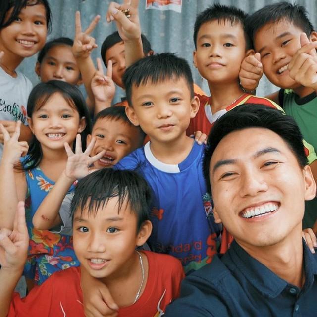 5 kênh du lịch - ẩm thực hot nhất miền Tây: Khoai Lang Thang sắp đạt nút vàng, một YouTuber trẻ tuổi khác đã làm được điều đó từ lâu - Ảnh 3.
