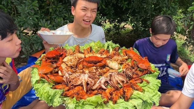 5 kênh du lịch - ẩm thực hot nhất miền Tây: Khoai Lang Thang sắp đạt nút vàng, một YouTuber trẻ tuổi khác đã làm được điều đó từ lâu - Ảnh 23.