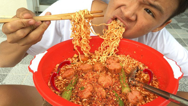5 kênh du lịch - ẩm thực hot nhất miền Tây: Khoai Lang Thang sắp đạt nút vàng, một YouTuber trẻ tuổi khác đã làm được điều đó từ lâu - Ảnh 30.