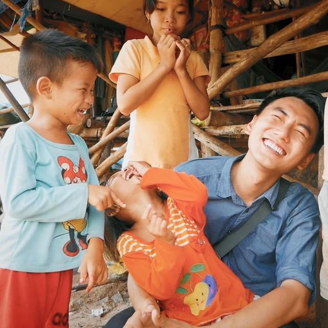 5 kênh du lịch - ẩm thực hot nhất miền Tây: Khoai Lang Thang sắp đạt nút vàng, một YouTuber trẻ tuổi khác đã làm được điều đó từ lâu - Ảnh 5.