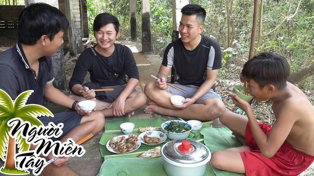 5 kênh du lịch - ẩm thực hot nhất miền Tây: Khoai Lang Thang sắp đạt nút vàng, một YouTuber trẻ tuổi khác đã làm được điều đó từ lâu - Ảnh 56.