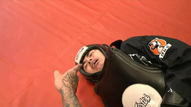 Nổi máu anh hùng bàn phím thách đấu võ sĩ MMA, Youtuber hổ báo bị đánh tới mức phải khóc lóc Đại ca, em sai rồi - Ảnh 5.