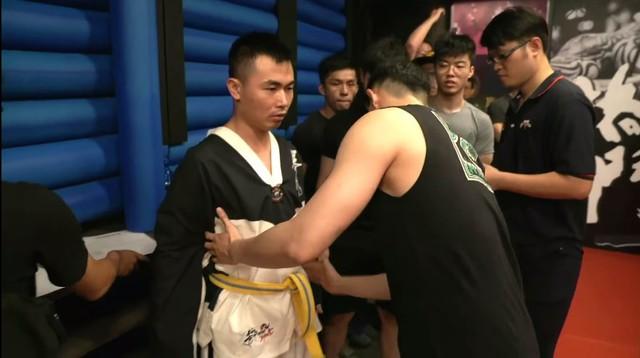Nổi máu anh hùng bàn phím thách đấu võ sĩ MMA, Youtuber hổ báo bị đánh tới mức phải khóc lóc Đại ca, em sai rồi - Ảnh 2.