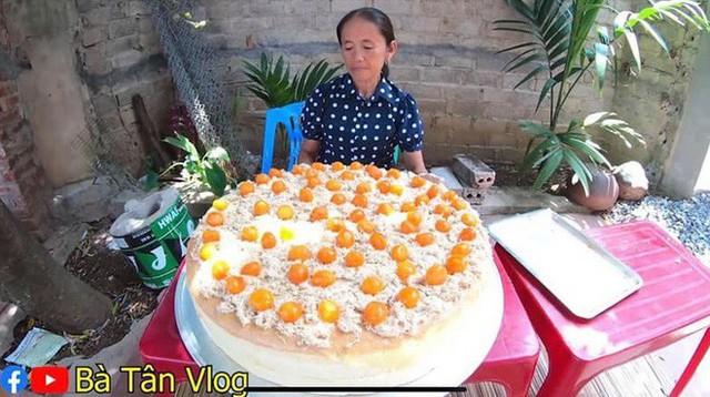 Làm bánh bông lan siêu to khổng lồ, bà Tân Vlog bị dân mạng tố clip sặc mùi dàn dựng - Ảnh 5.