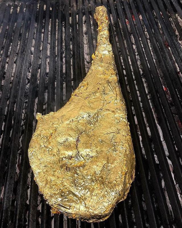 Khoa Pug chi tiền ăn món bò dát vàng của thánh rắc muối: Bít tết nướng cháy ăn đắng ngắt, thua xa cách làm của nhà hàng Việt - Ảnh 4.