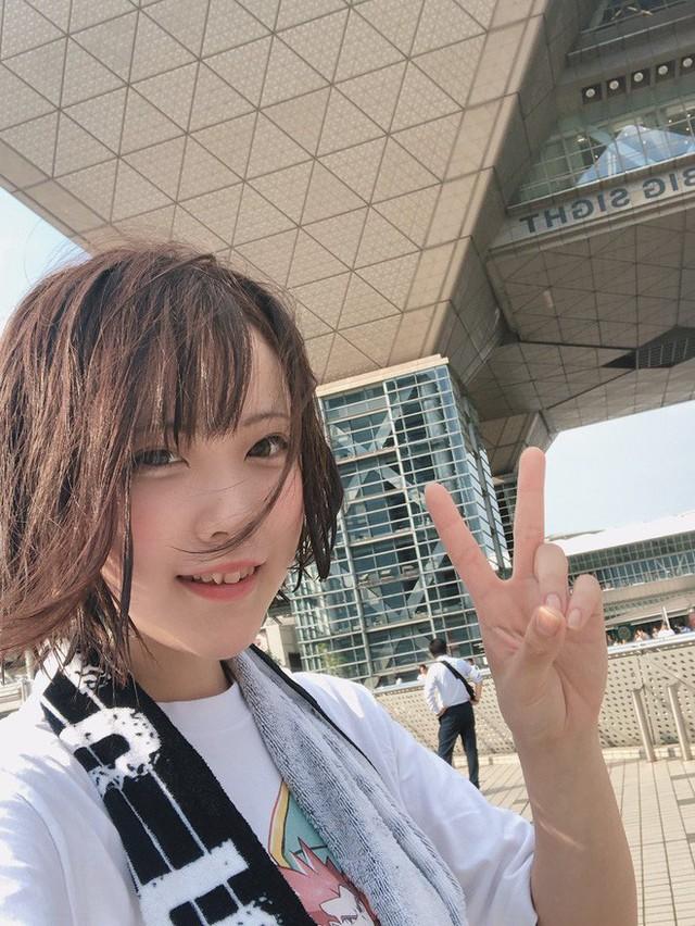 Nữ thần cosplayer xinh đẹp bỗng chốc khiến fan ú ớ, há hốc mồm sau pha pose ảnh đời thật không chỉnh sửa - Ảnh 2.
