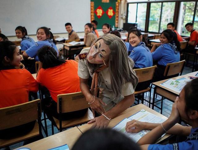 Để học sinh có hứng học hơn, thầy giáo đã đội tóc giả, make up hoá thân thành Lisa (BLACKPINK) mỗi ngày đến trường - Ảnh 1.