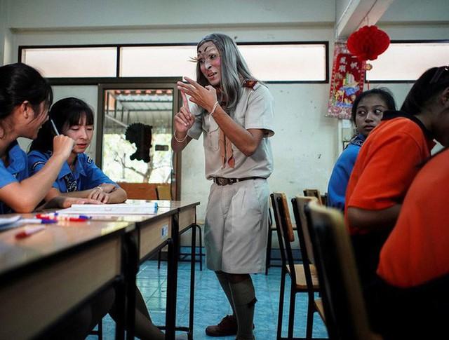 Để học sinh có hứng học hơn, thầy giáo đã đội tóc giả, make up hoá thân thành Lisa (BLACKPINK) mỗi ngày đến trường - Ảnh 6.