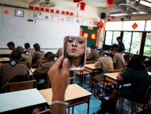 Để học sinh có hứng học hơn, thầy giáo đã đội tóc giả, make up hoá thân thành Lisa (BLACKPINK) mỗi ngày đến trường - Ảnh 7.