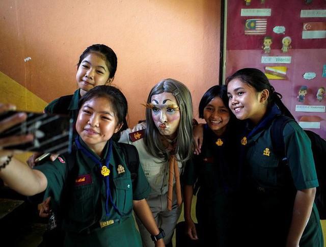 Để học sinh có hứng học hơn, thầy giáo đã đội tóc giả, make up hoá thân thành Lisa (BLACKPINK) mỗi ngày đến trường - Ảnh 8.