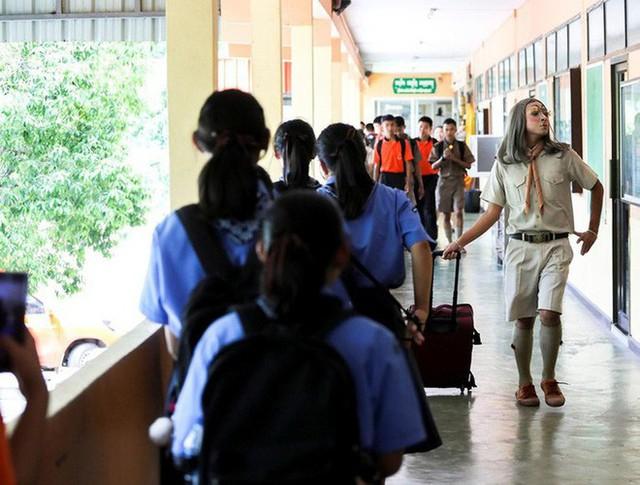Để học sinh có hứng học hơn, thầy giáo đã đội tóc giả, make up hoá thân thành Lisa (BLACKPINK) mỗi ngày đến trường - Ảnh 10.