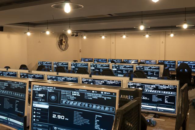 Phòng game ngày nay đang làm mọi cách để thu hút game thủ, kể cả việc treo xe đạp lên trần nhà để trang trí - Ảnh 2.