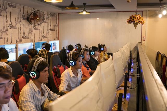 Phòng game ngày nay đang làm mọi cách để thu hút game thủ, kể cả việc treo xe đạp lên trần nhà để trang trí - Ảnh 4.