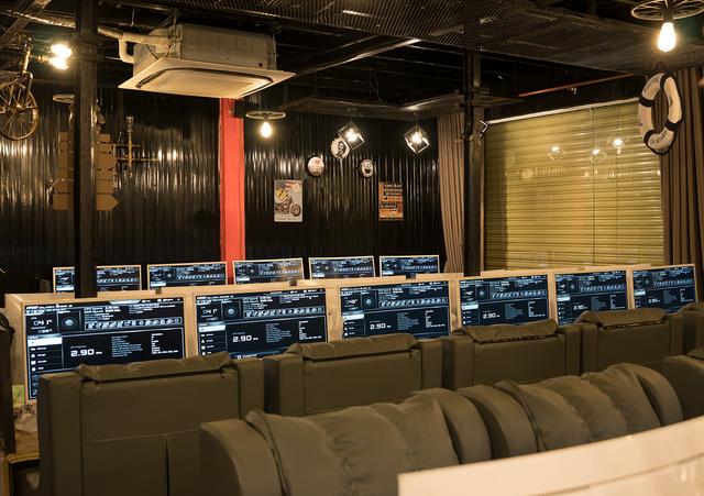 Phòng game ngày nay đang làm mọi cách để thu hút game thủ, kể cả việc treo xe đạp lên trần nhà để trang trí - Ảnh 3.