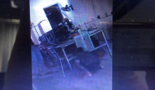 Đau ruột với cậu nhóc trốn cả dưới gầm bàn quán net nhưng vẫn không thể né gank của phụ huynh - Ảnh 3.